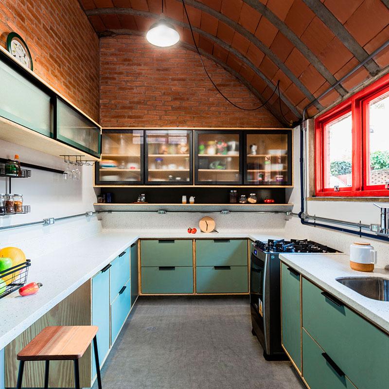 Cozinha ganha personalidade com armários em tons de verde