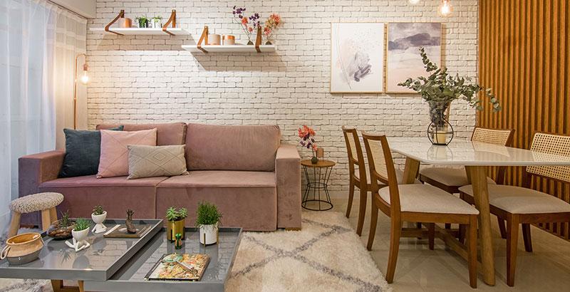 Sala contemporânea mescla tijolinhos e madeira nas paredes