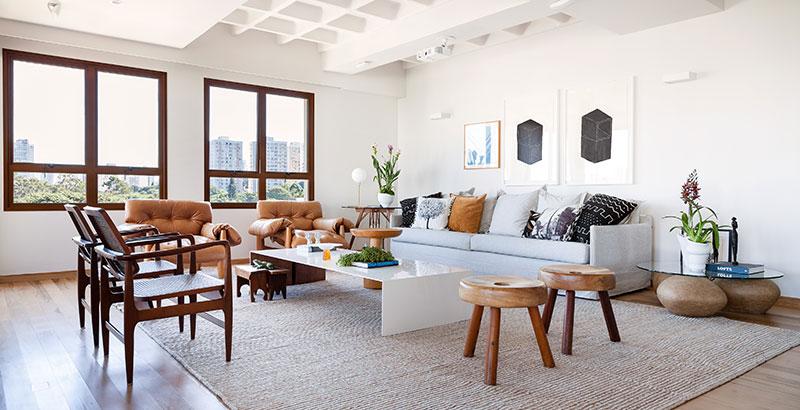 Apartamento com cara de casa tira proveito da luz natural