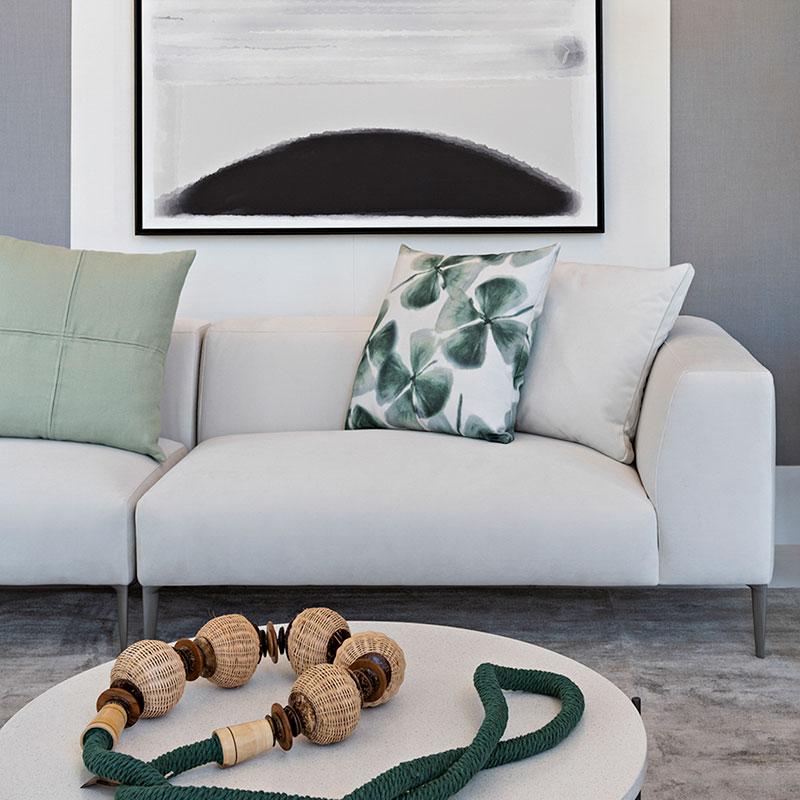 Sala clean ganha vida com detalhes em verde