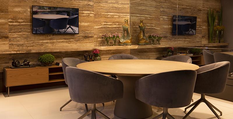 Sala de reuniões ganha aconchego com materiais naturais