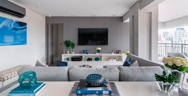 Apartamento de 100 m² ganha décor em tons de cinza e detalhes azuis