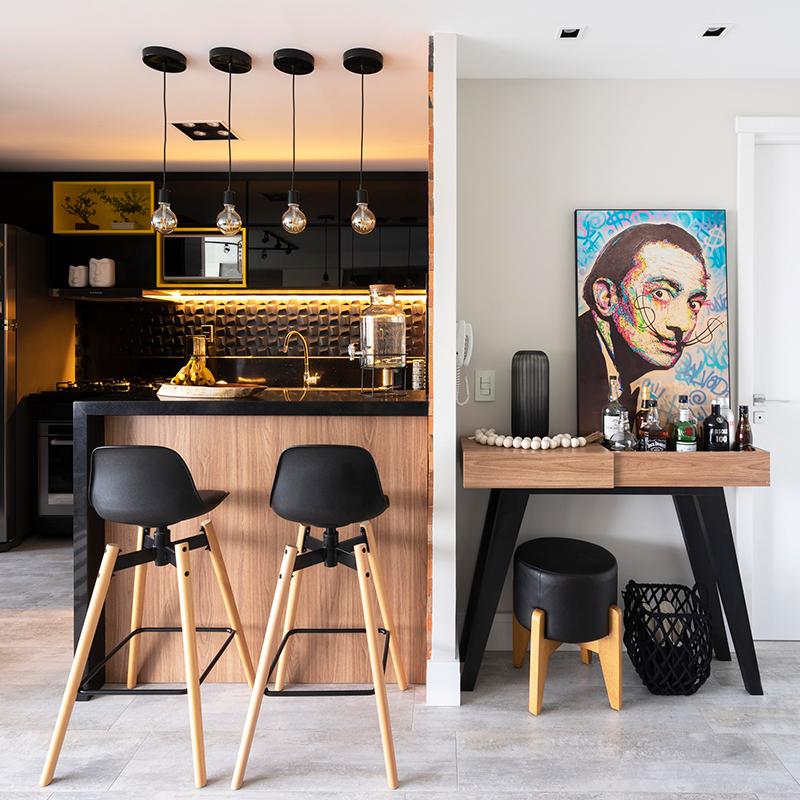 Apartamento com estilo industrial tem cozinha preta