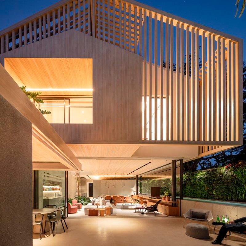 Casa construída em terreno estreito ganha modernidade com fachada metálica