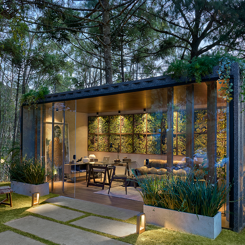 Escritório no meio de jardim alia trabalho à natureza