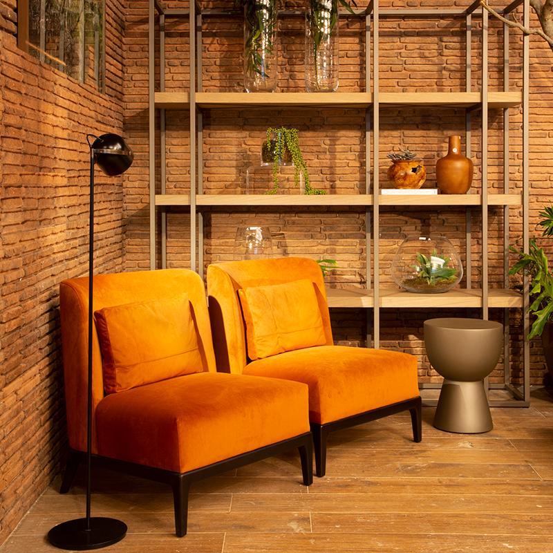 Espaço para relaxar e receber os amigos tem décor com tons terrosos e materiais naturais