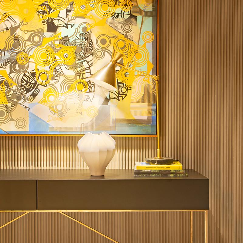 Estar e jantar integrados ganham personalidade com toques de amarelo na decoração