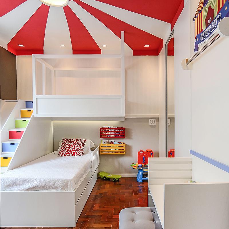 Quarto infantil com decoração lúdica inspirada no circo
