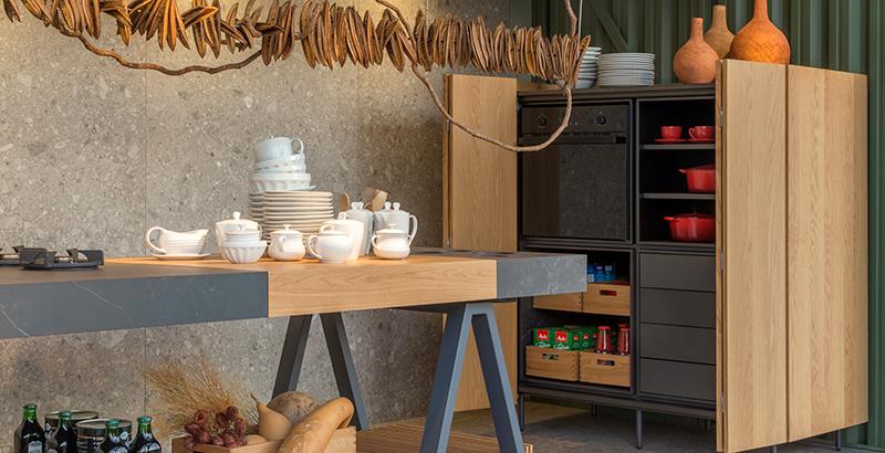 Janelas CASACOR: cozinha gourmet concentra todos os equipamentos em uma ilha central