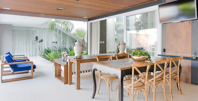 Aconchego, arquitetura e paisagismo se unem nesta casa de 800 m²