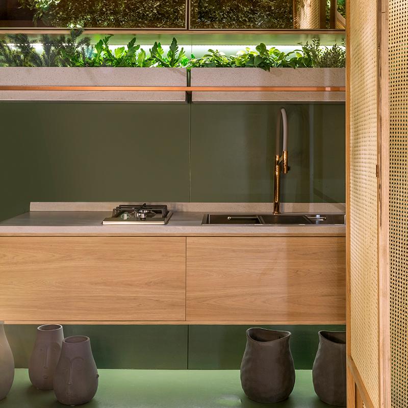 Janelas CASACOR: espaço gourmet possui muito verde e cadeira de balanço