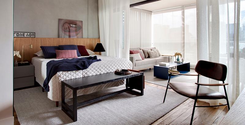 Apartamento totalmente integrado tem décor neutro com toques de cor nos detalhes