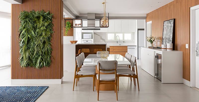 Apartamento ganha área social com tons neutros, muita madeira e jardim vertical
