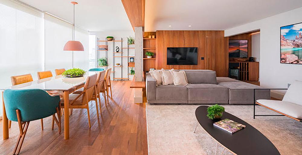 Apartamento ganha personalidade com madeira, cimento queimado e concreto aparente