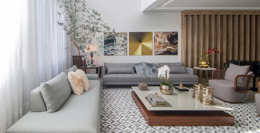 Casa de 500 m² ganha toques de dourado em todos os ambientes