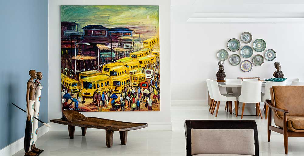 Apartamento em Copacabana mescla mobiliário contemporâneo e elementos africanos