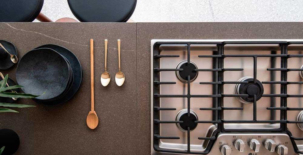 Cozinha minimalista reúne todas as funções um uma única bancada