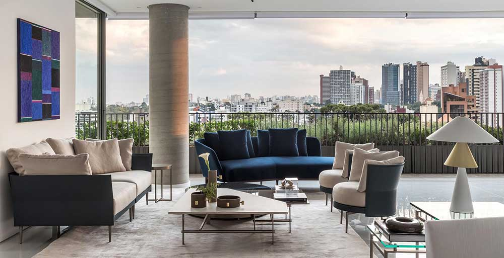 Apartamento com décor clássico privilegia a vista para a cidade de Curitiba