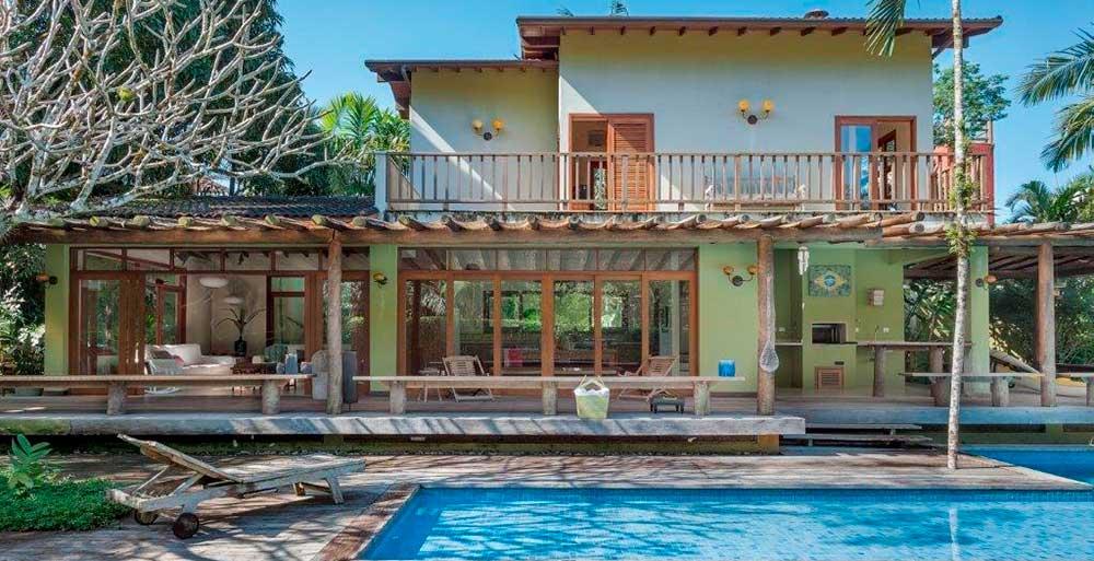 Casa de praia se ergue em torno de uma majestosa mangueira