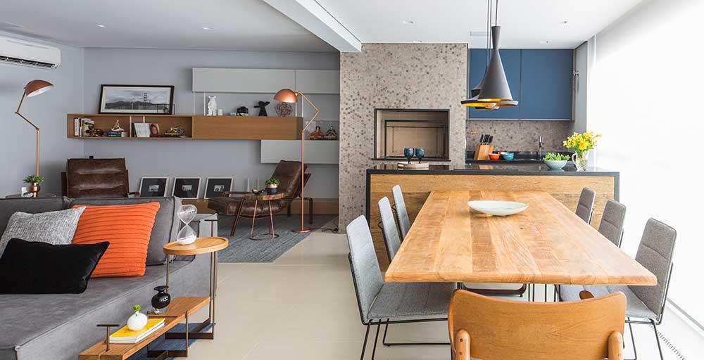 Paredes neutras e móveis com design ousado marcam a decoração deste apartamento