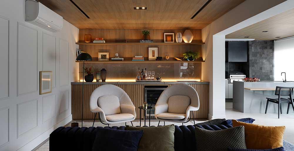 Apê ganha conforto e contemporaneidade com madeira nas paredes e nos móveis
