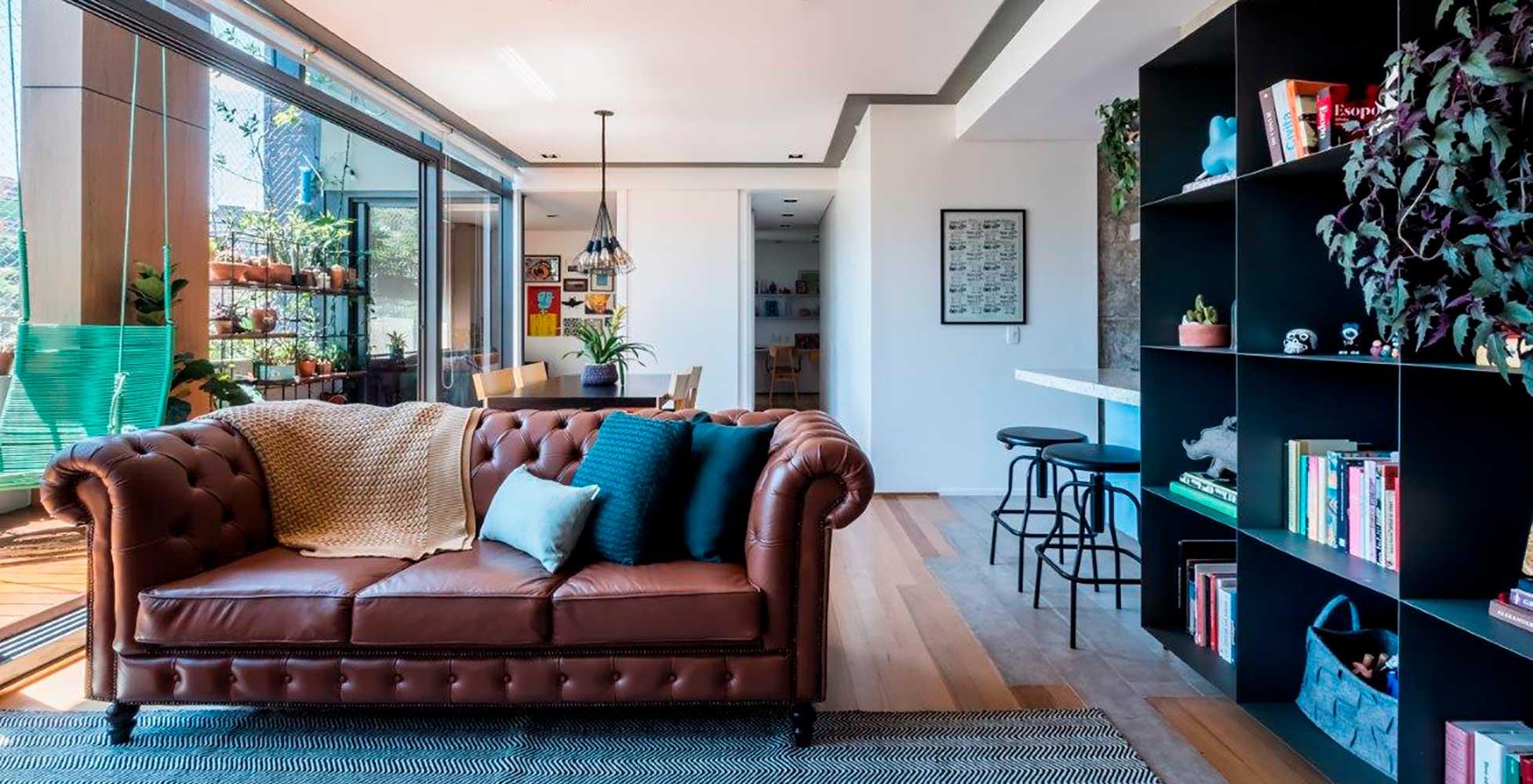 Apartamento com cara de casa tem balanço na varanda e revestimentos descolados