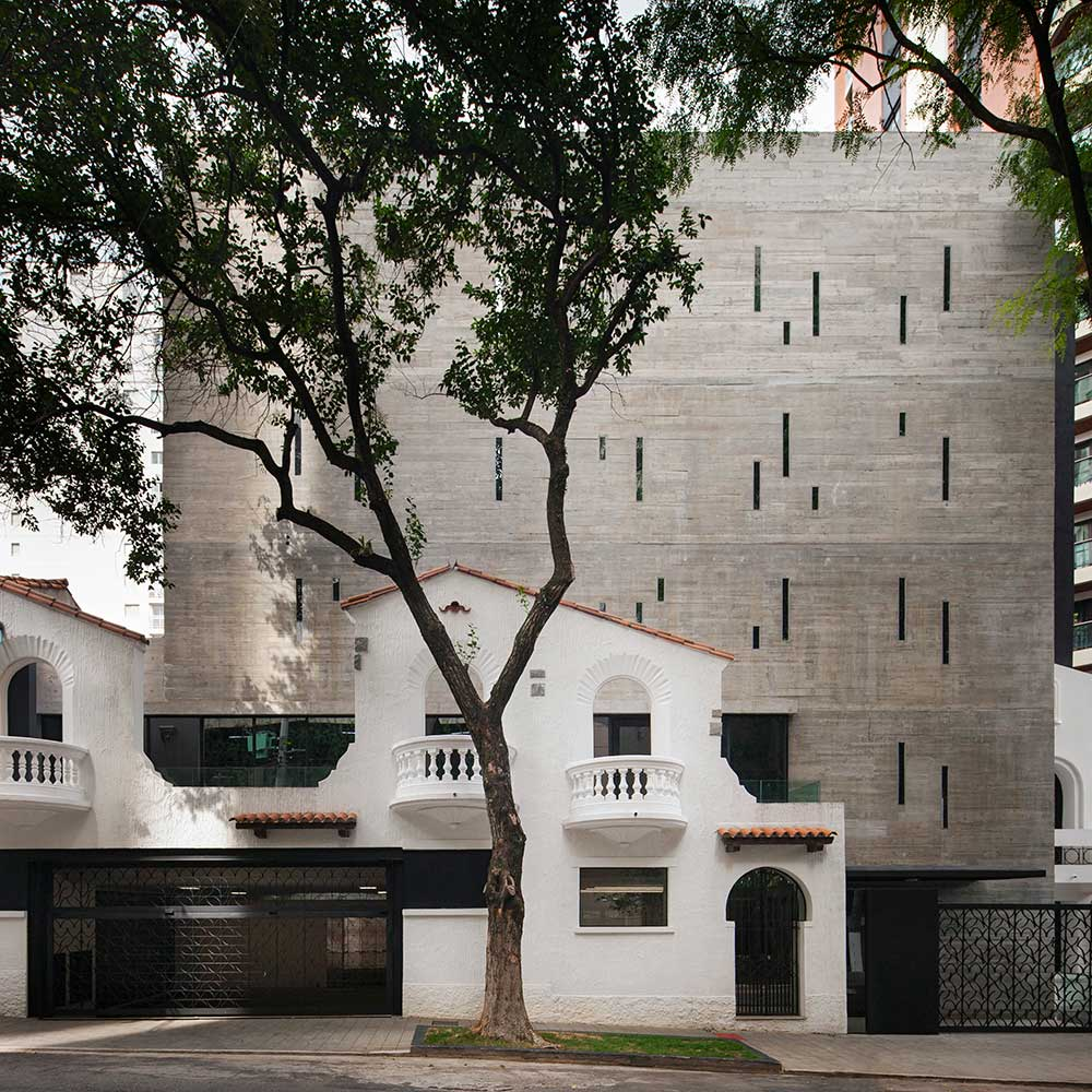Edifício comercial se integra à fachadas tradicionais do bairro de Pinheiros, em São Paulo