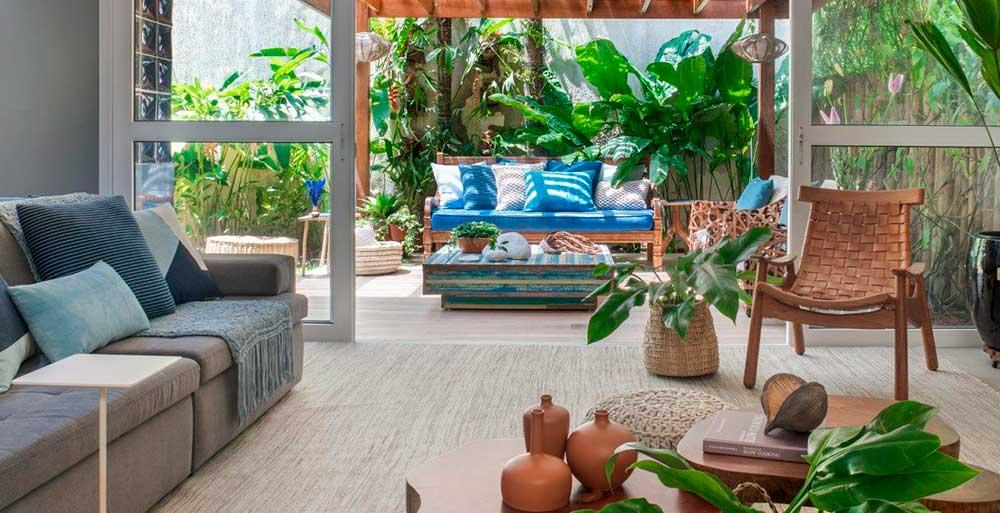 Casa de praia possui área externa ideal para reuniões de família