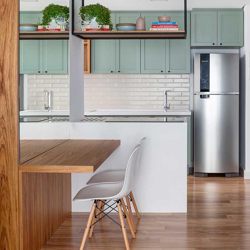 Cozinha integrada com lavanderia ganha décor em tons pastel