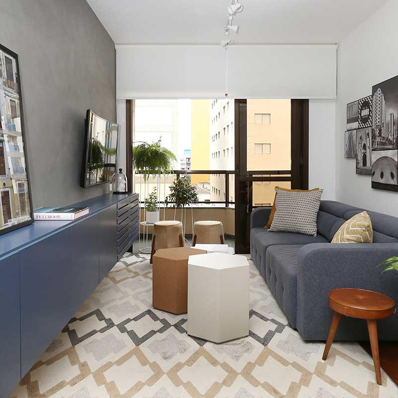 Marcenaria azul dá personalidade a sala de estar