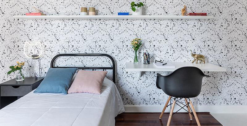 Um quarto para uma adolescente que ama preto, branco e gatos