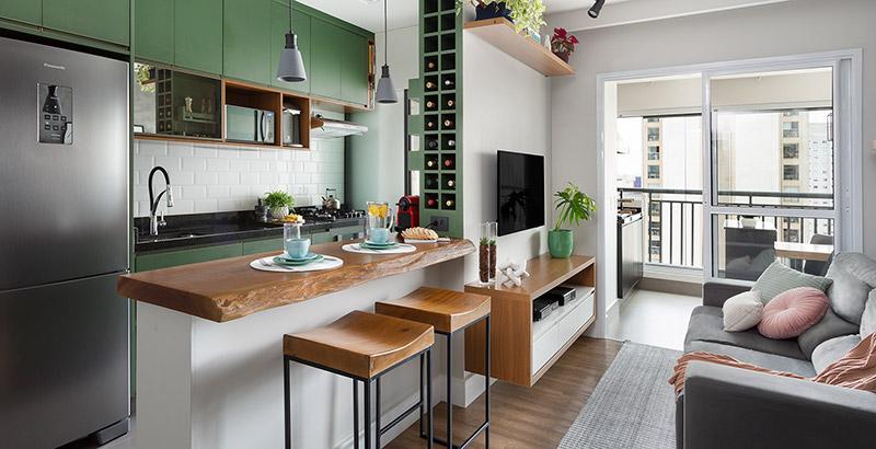 Apartamento de 60 m² tem cozinha verde e banheiro com paredes azuis
