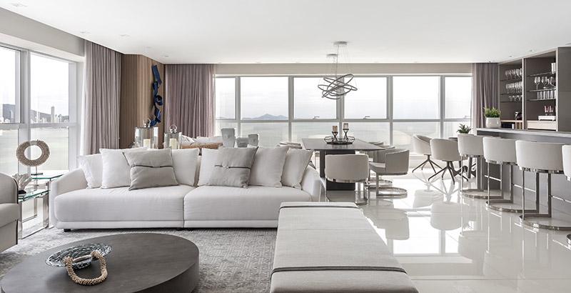 Um apartamento de onde é possível ver a praia de todos os cômodos