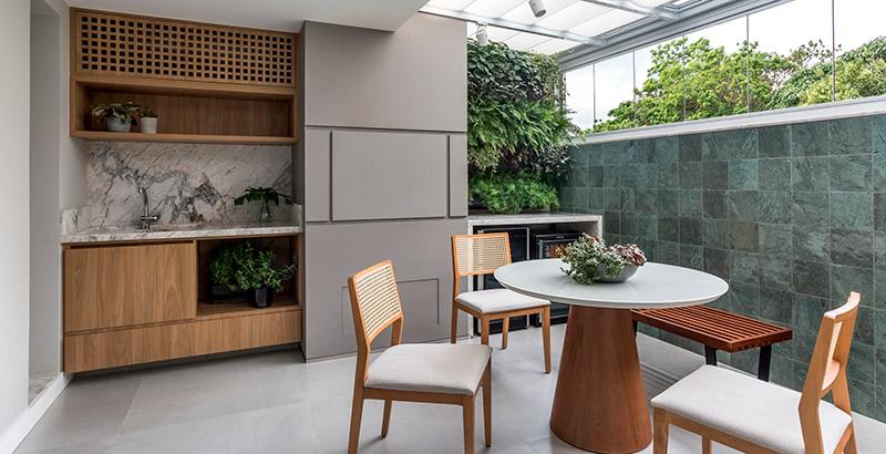Cores neutras, plantas e materiais naturais marca o décor desta casa em Curitiba