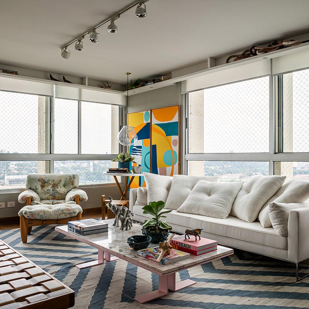 Apê de 220 m² ganha personalidade lembranças de viagem e mix revestimentos nas paredes