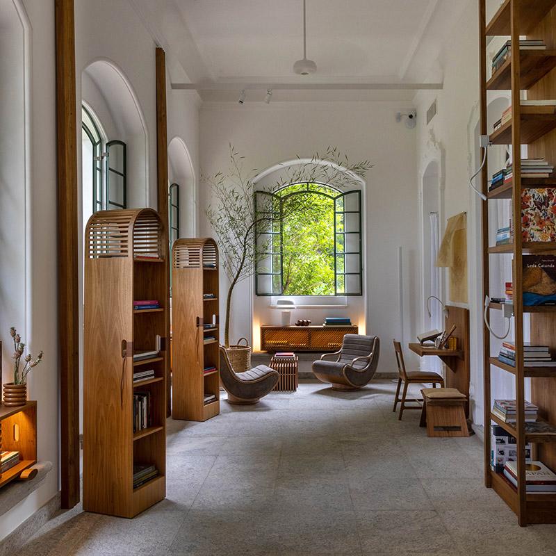 CASACOR RIO: uma sala de estudos repleta de luz natural e mobiliário exclusivo