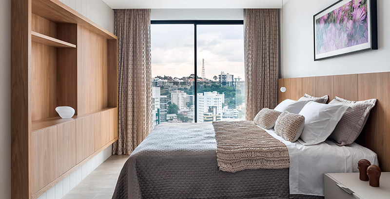 Apartamento de 350 m² mistura tons de cinza e madeira