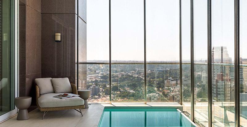 Mix de pedras naturais têm presença marcante em apartamento de 874 m²