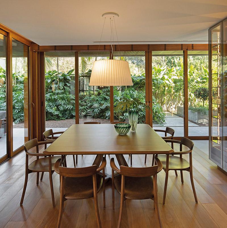 Casa integrada à natureza valoriza o uso de pedra, concreto e madeira