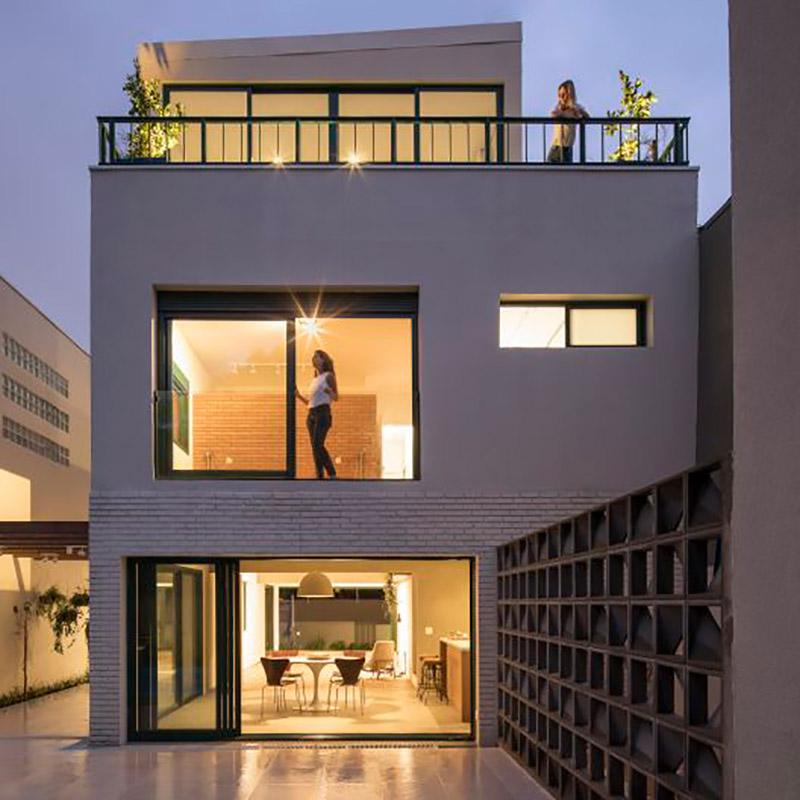 Casa dos anos 1950 é modernizada e ganha cobertura com jardim