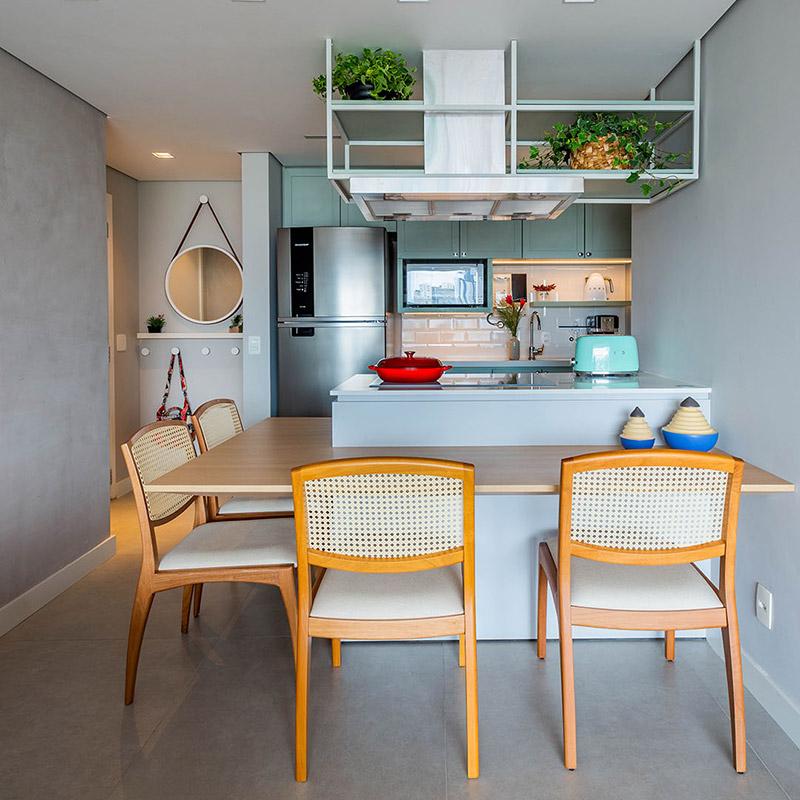 Apê de 69 m² tem cozinha com ilha e jardim vertical