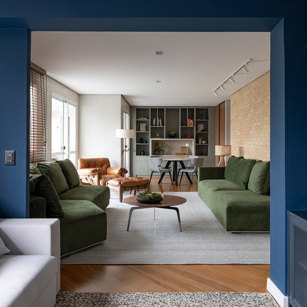 Apartamento ganha personalidade com cores vivas e móveis planejados