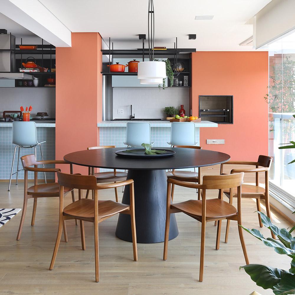 Balcão azul integra área social do apartamento