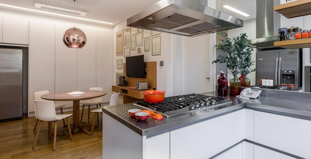 Apartamento feito para receber tem cozinha com piso de madeira