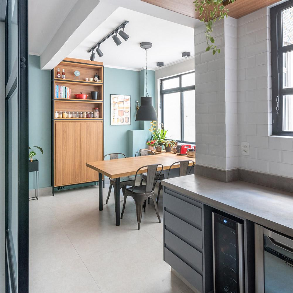 Apartamento despojado mescla cimento, concreto e madeira no décor