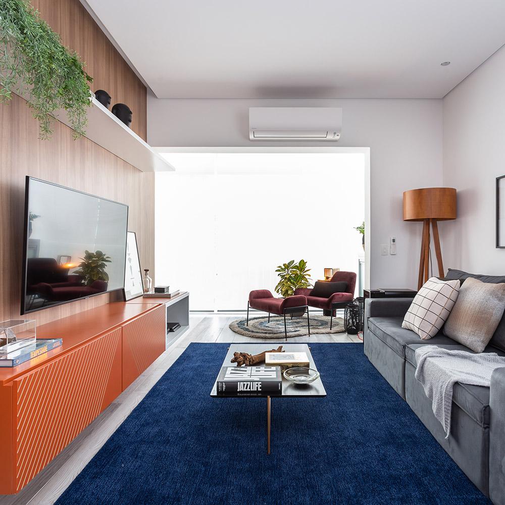 Apê de 70 m² ganha identidade própria e relembra paixões do morador