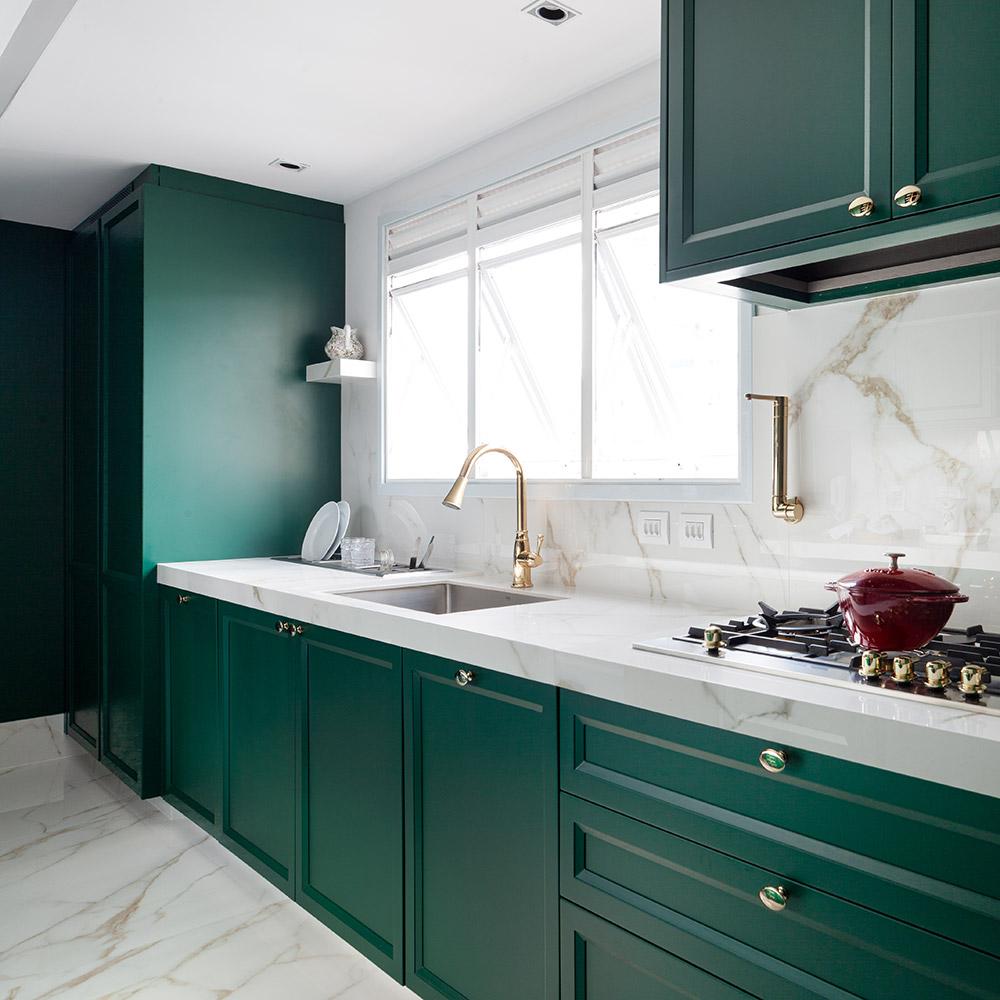 Armários verdes e em estilo europeu dão charme e personalidade a esta cozinha
