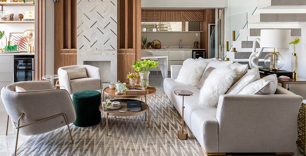 Apartamento ganha home office no mezanino e décor em tons neutros