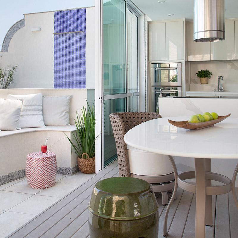 Espaço gourmet com jardim, décor náutico e muito espaço para receber