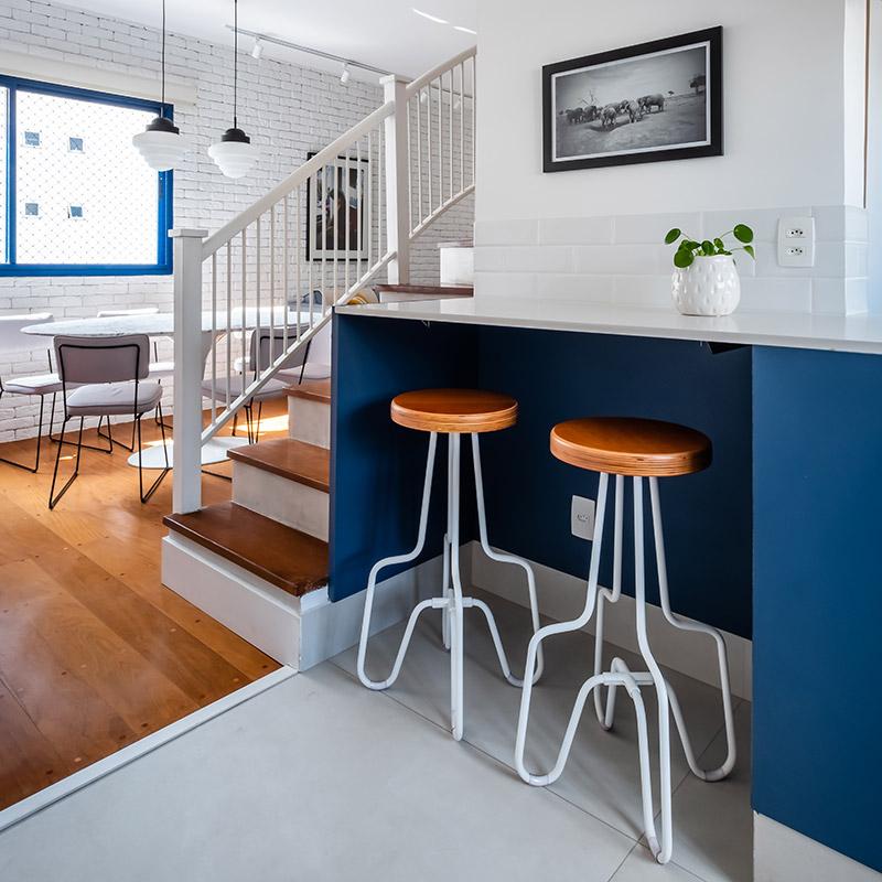 Cobertura ganha cozinha em estilo americano e piso estampado na área social